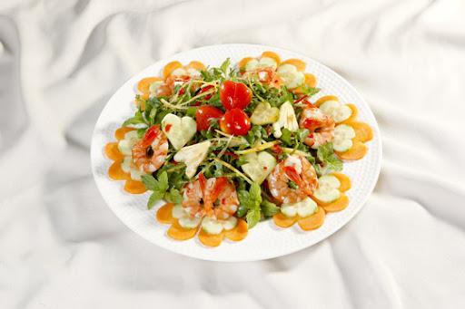 cách trang trí đĩa tôm đẹp với món salad tôm