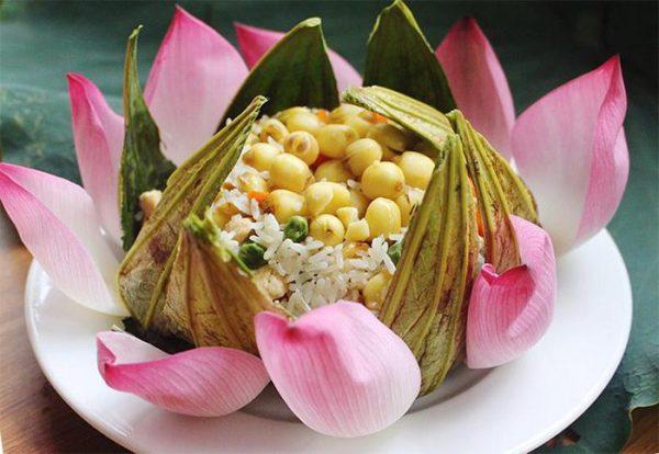 Món cơm chiên ngũ sắc trang trí với cánh hoa sen tươi