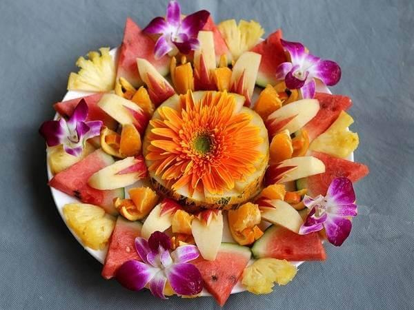 Đĩa trái cây tráng miệng điểm xuyết hoa lan