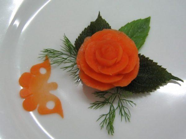 Một bông hoa hồng từ cà chua ngon mắt