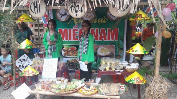 Hình ảnh cô gái miền Tây tại gian hàng ẩm thực các vùng miền Việt Nam