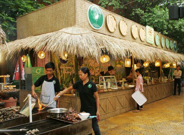 Trang trí gian hàng ẩm thực bằng mái lá nhà tre