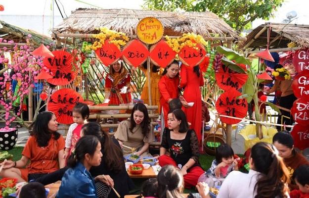 Gian hàng ẩm thực ngày tết truyền thống tại công viên Tao Đàn
